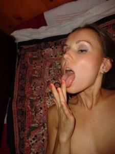 Frau mit langer Zunge